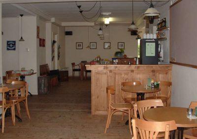 Bar met eettafels